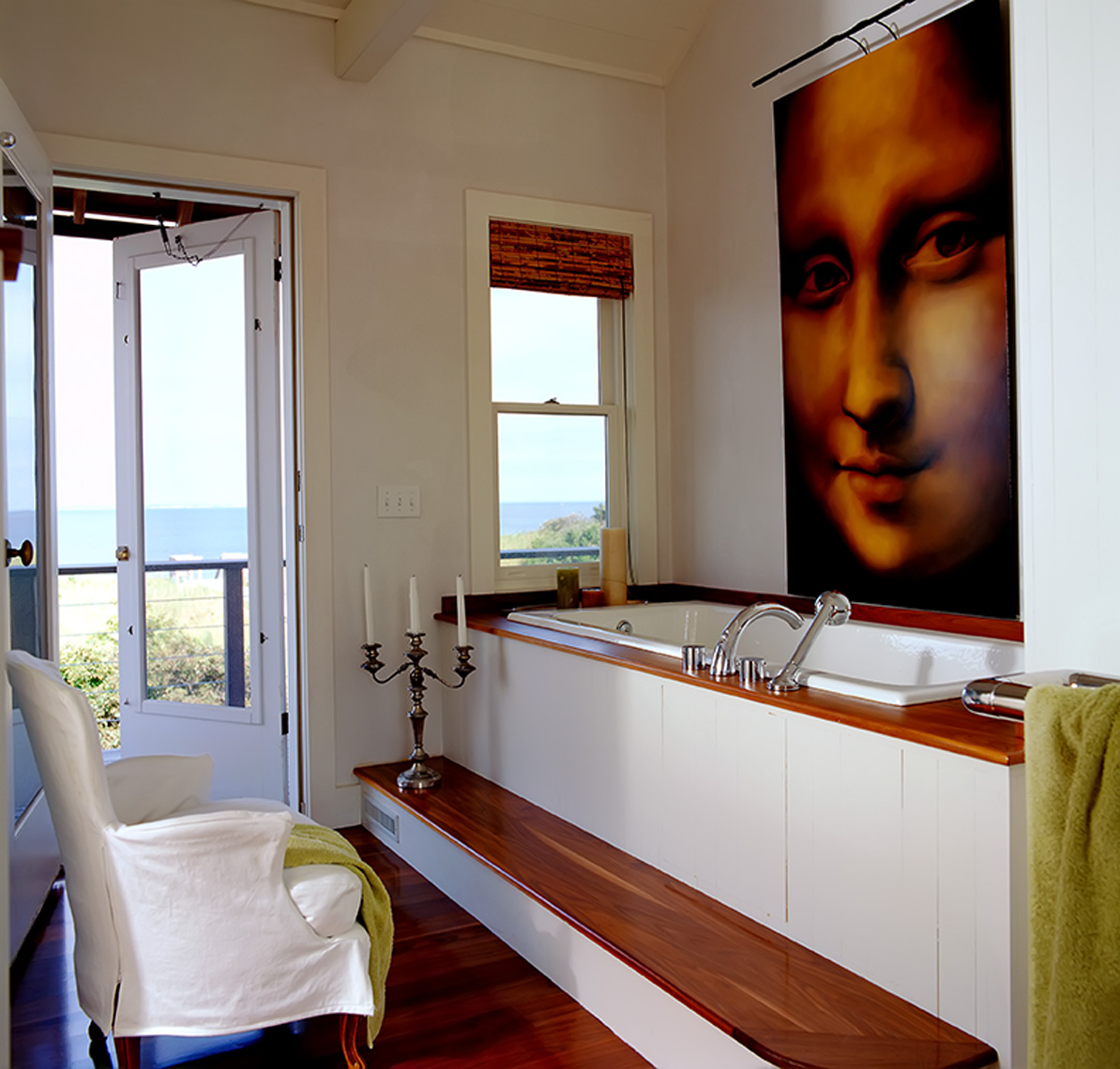 mona_lisa_painting over modern bath tub