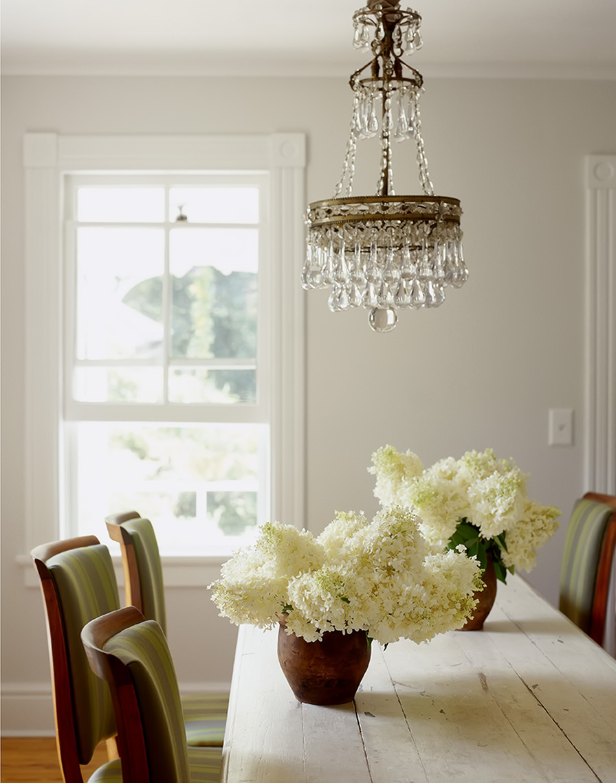 country dining room with whiter hydrangeas